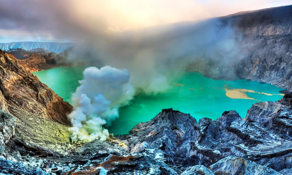 Crater Ijen green water smoke rising
