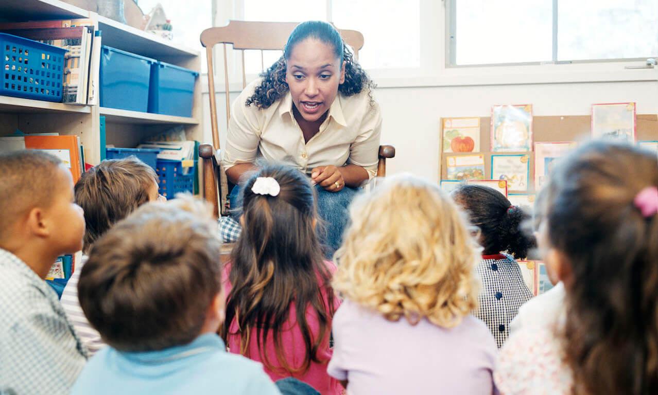 Teacher telling story to school children.
