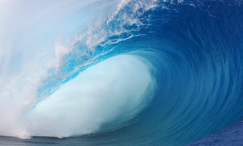 Large wave breaks in Tahiti