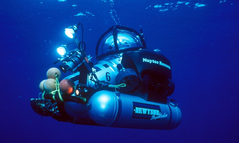 Submersible heading down to the ocean floor